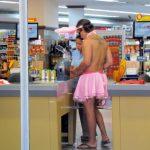 Instantané de tour du monde: un lapin fait ses courses au supermarché de Rio