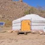 Des yourtes en Mongolie avec panneaux solaires et antennes satellites