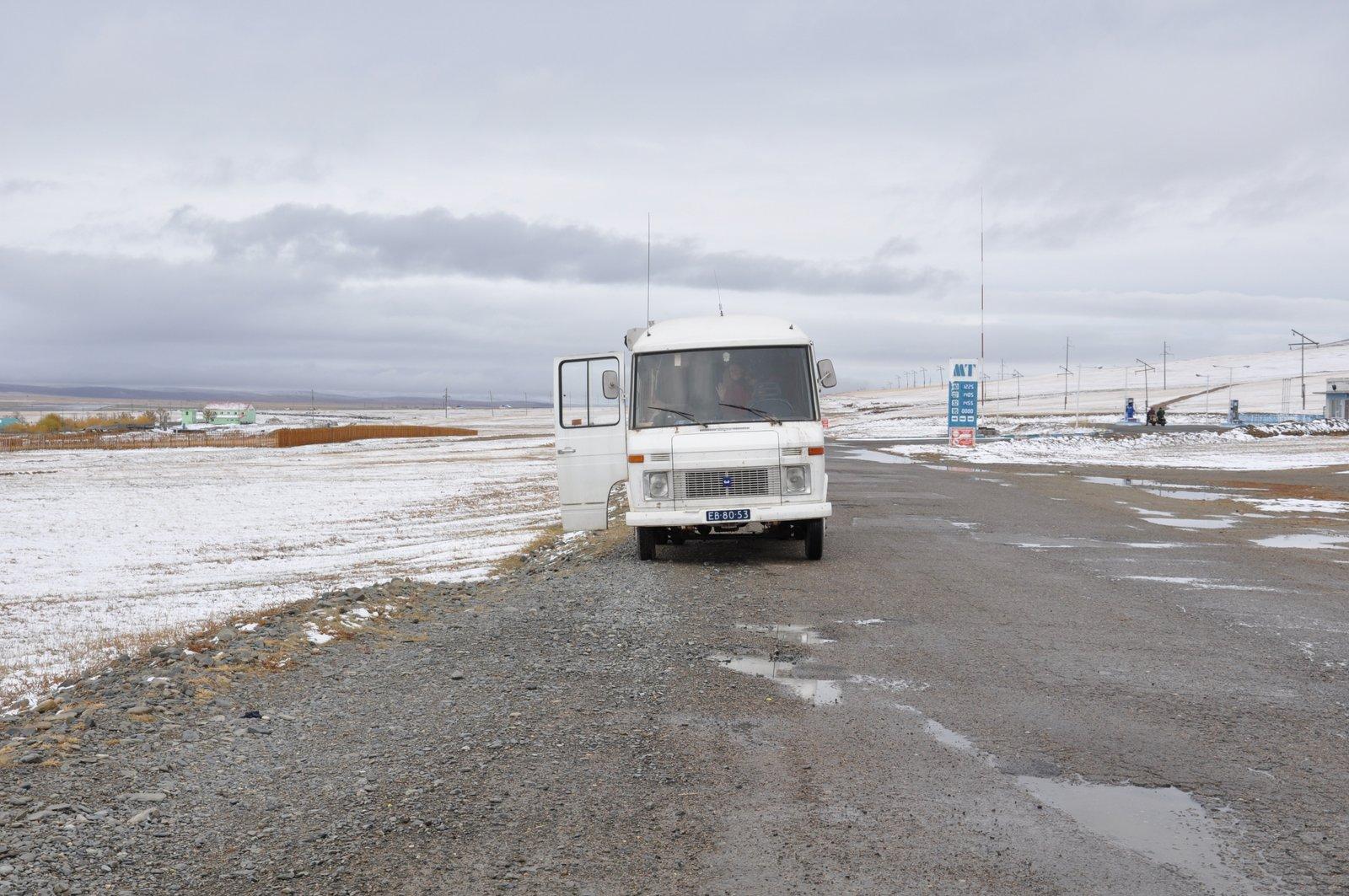 Notre van sur les routes enneigées de Mongolie
