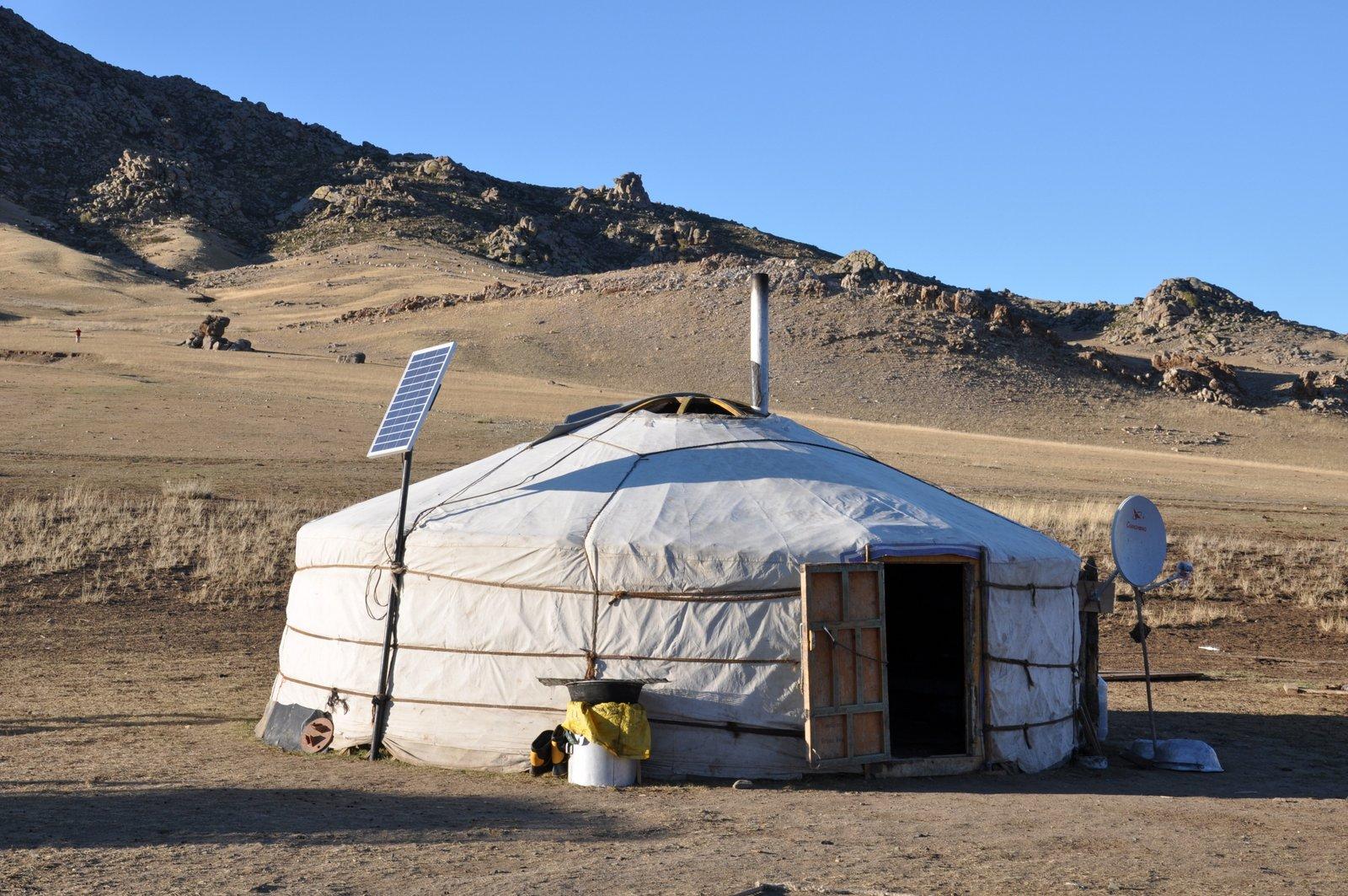 Yourte en Mongolie avec panneaux solaires et antennes satellites