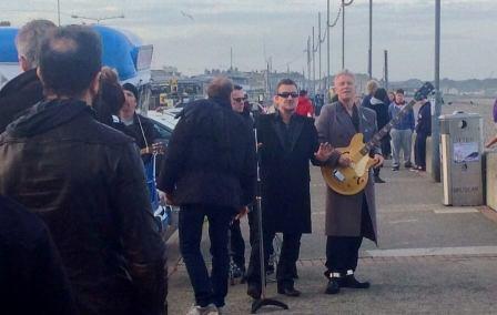 U2 improvise un concert sur la plage de Bray, crédit photo: Alex Schweigert