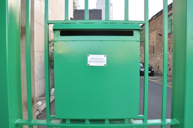 Le siège de U2 à Dublin, bien protégé derrière une grille verte