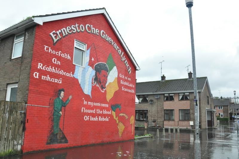 Une fresque murale rappelle les origines irlandaises du Che à Derry
