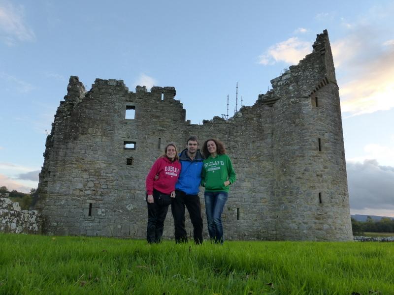Avec notre ami irlandais Pauric devant le Monea Castle, dans le Fermanagh en Irlande du Nord