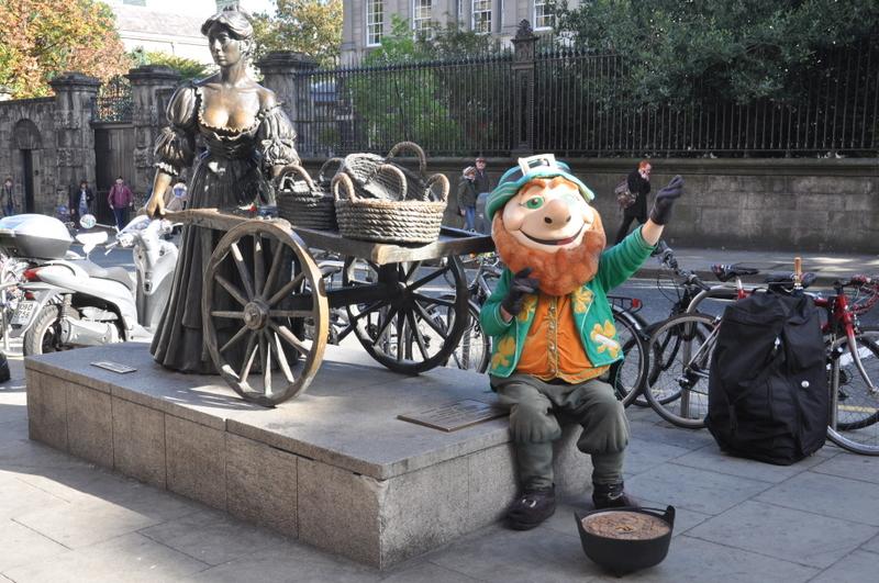 Un leprechaun prend la pause pour les touristes devant la statue de Molly Malone à Dublin