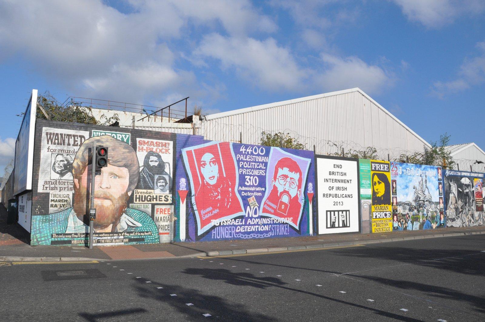 Murals sur l'international Wall à Belfast, divis street