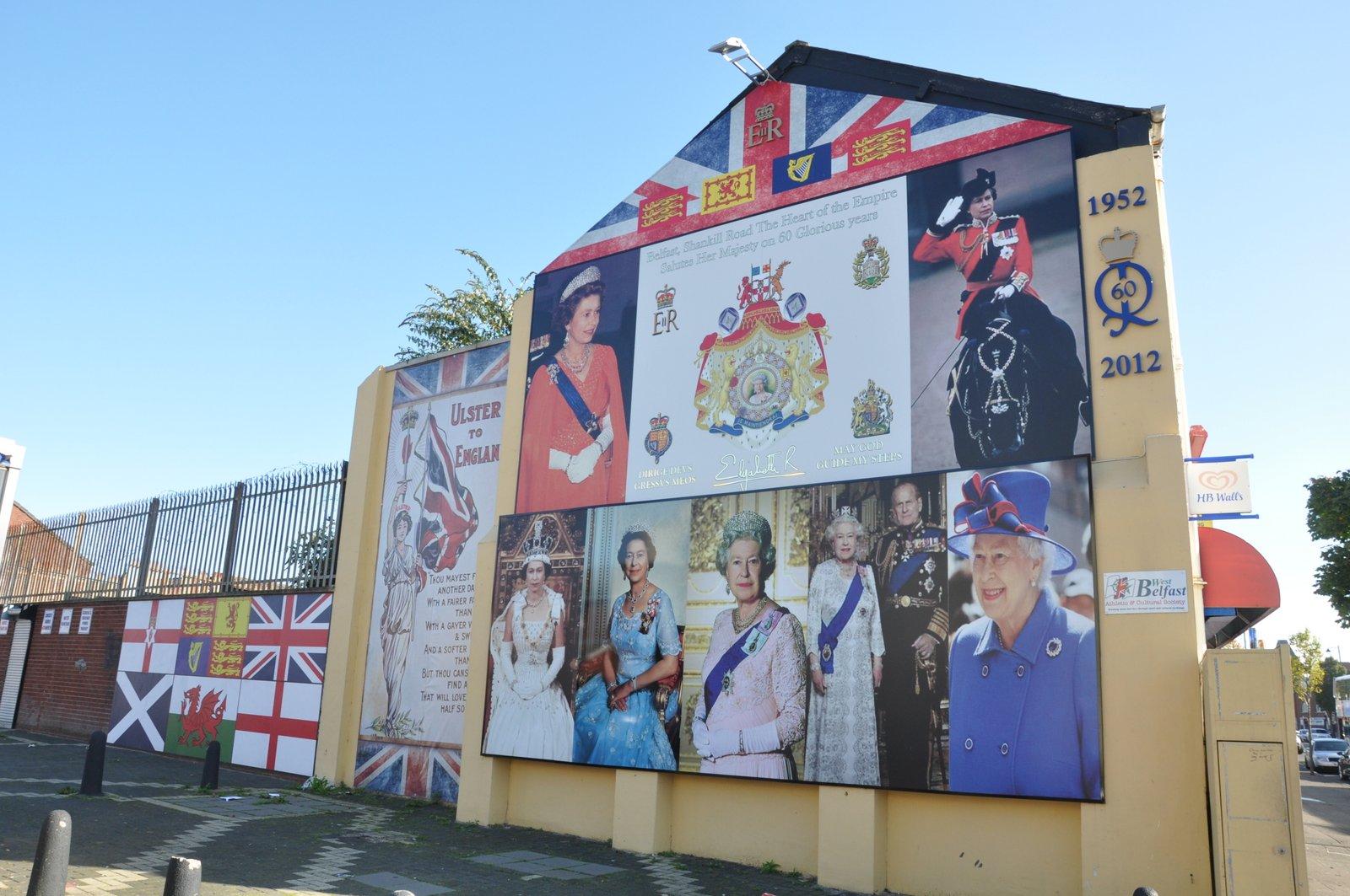 Mural en l'honneur de la reine Elizabeth dans un quartier loyaliste de Belfast