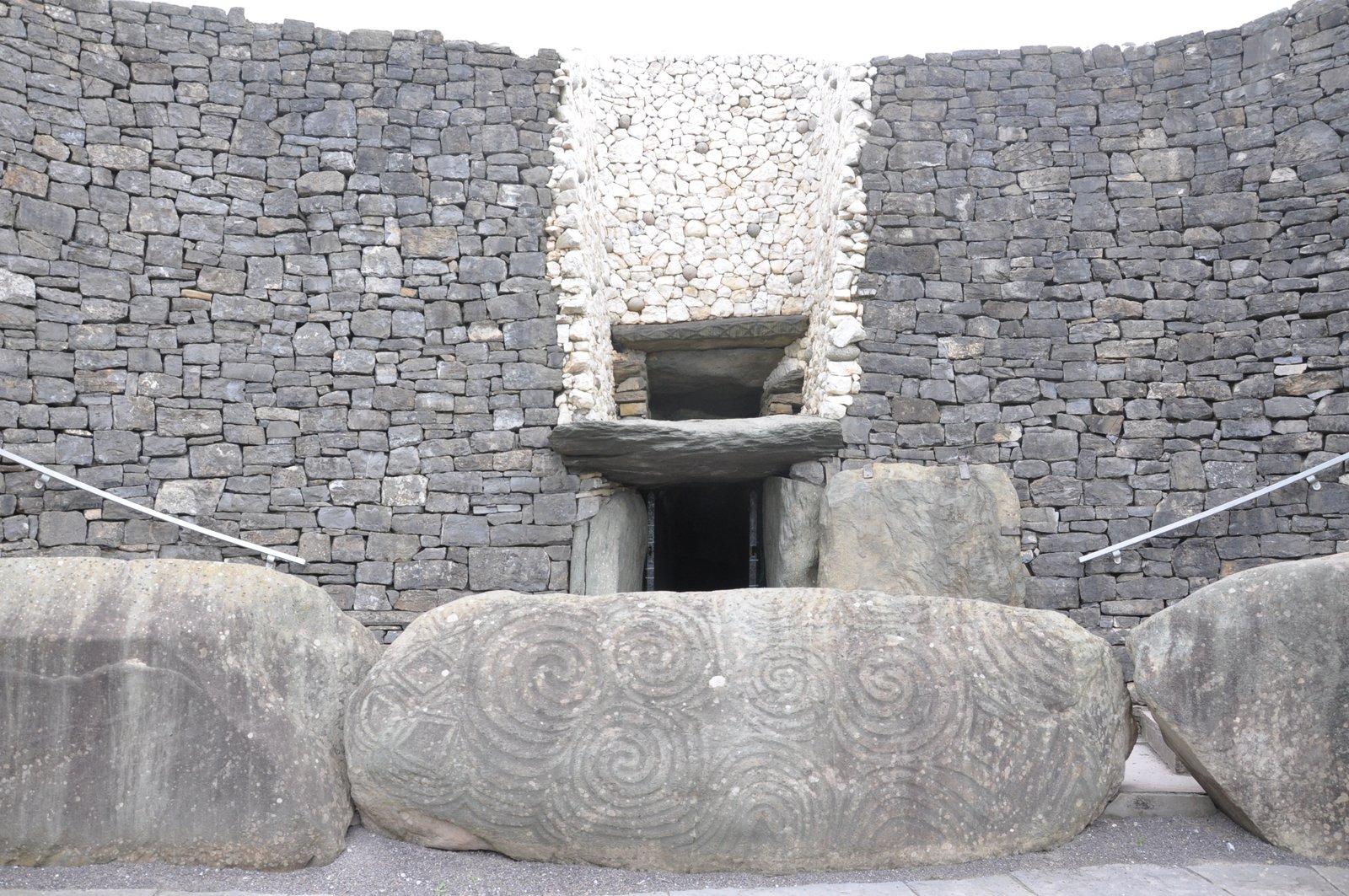 Pierre sculptée devant le Tumulus de Newgrange