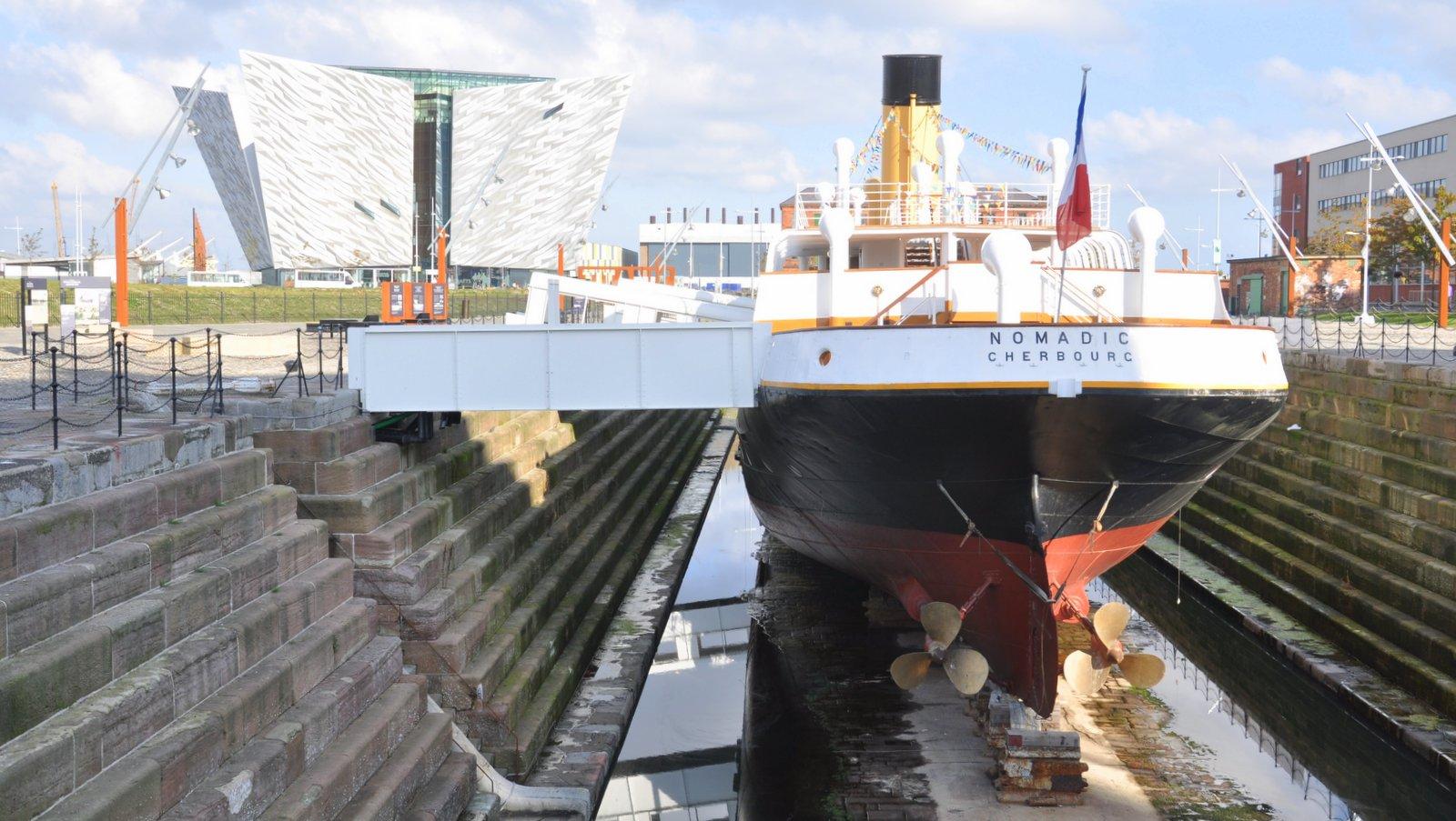 Le SS Nomadic aux pieds du Titanic Belfast