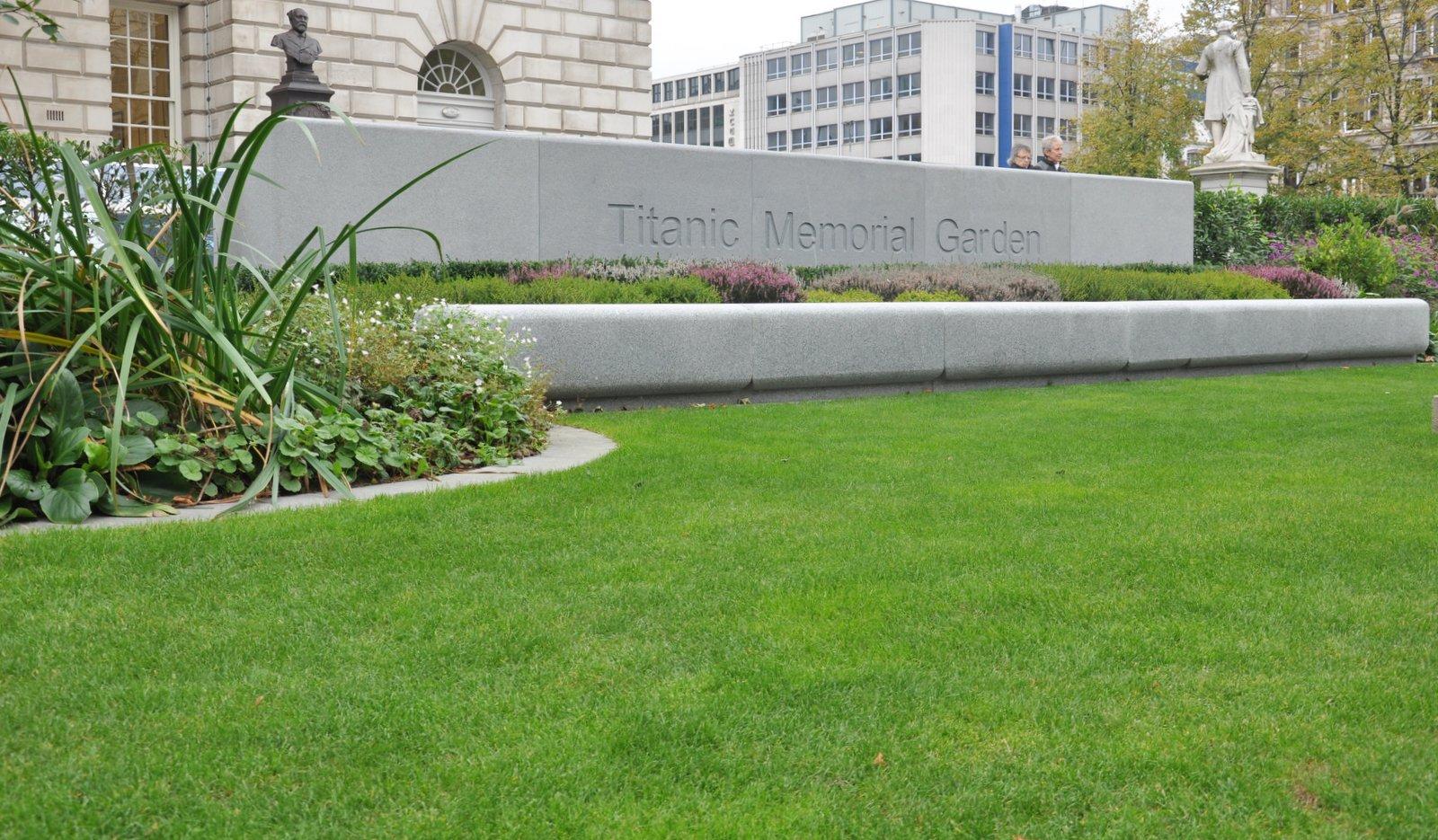 Memorial en l'honneur des victimes du Titanic, devant l'Hôtel de ville de Belfast