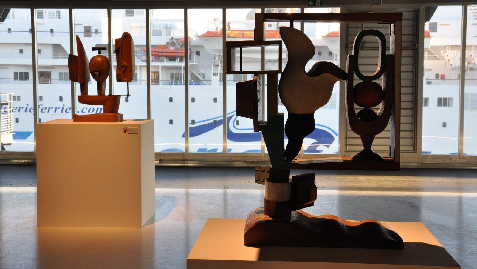 Sculptures de Le Corbusier avec vue sur un ferry amarré devant le J1