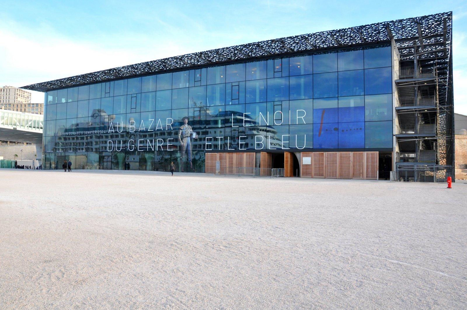 Le MuCEM avec un bateau de croisière qui se reflète sur la façade