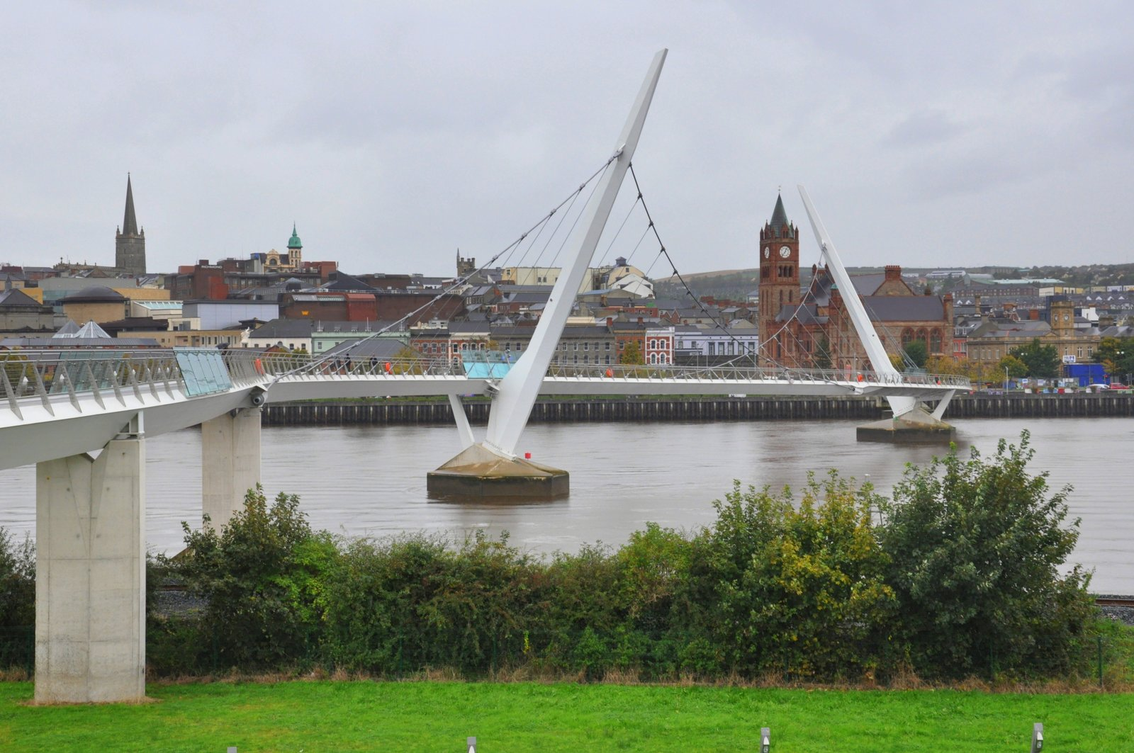 Le Peace Bridge qui relie les deux rives de la Foyle River à Derry
