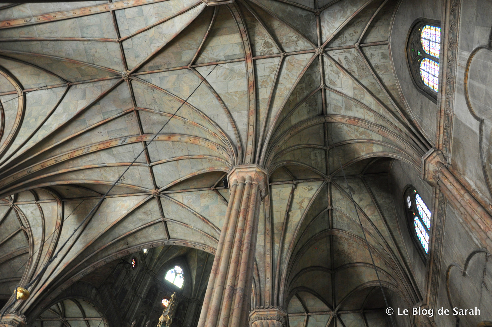 Voutes et colonnes en acier de la basilique Saint-Sébastien