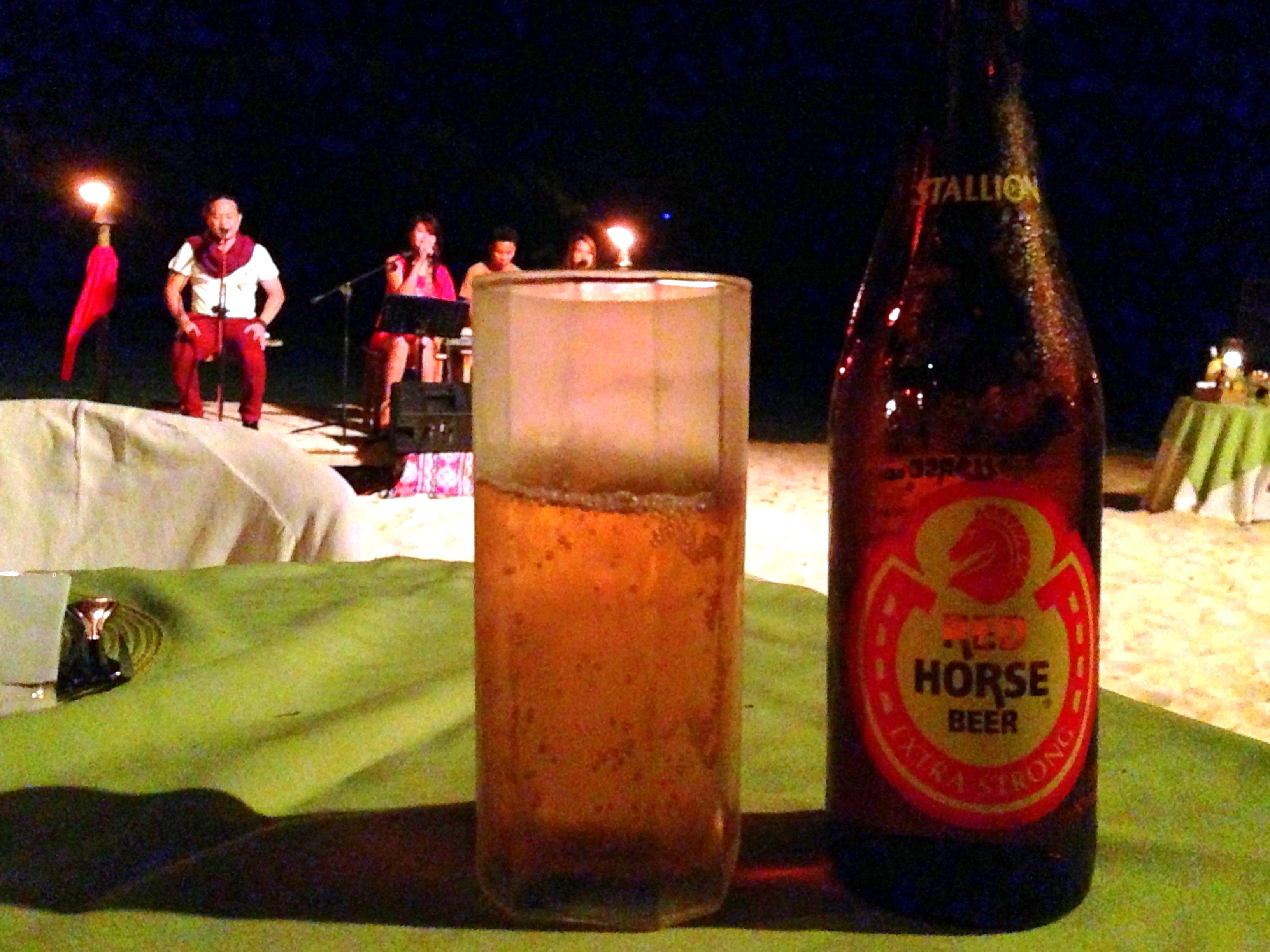 Une bière Red Horse sur une plage des Philippines