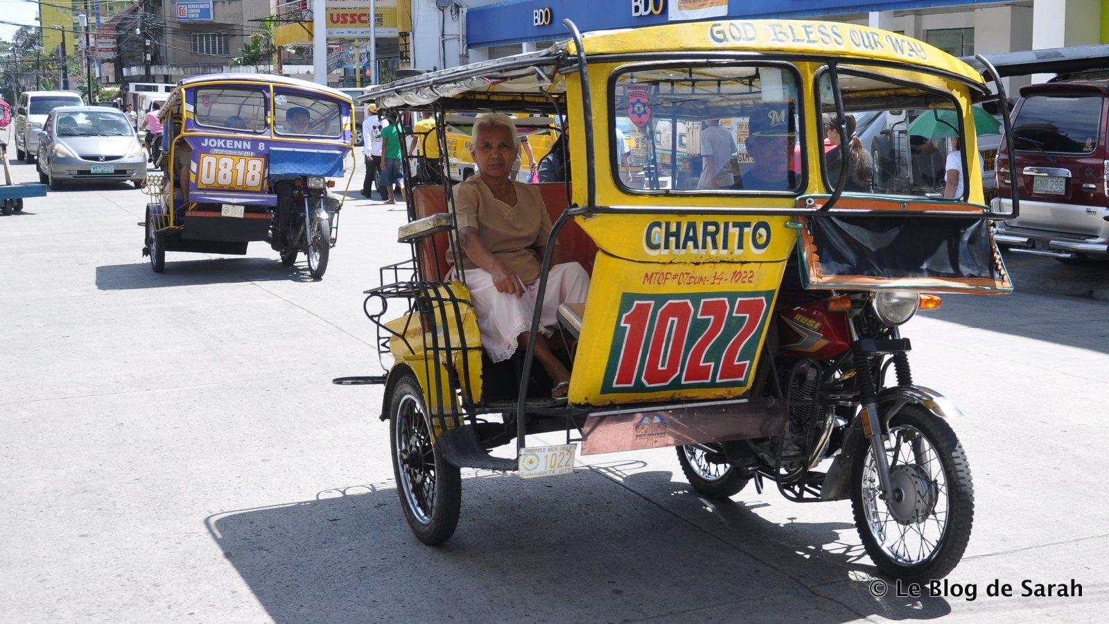 Des pedicabs dans les rues de Dumaguete, dans les Visayas