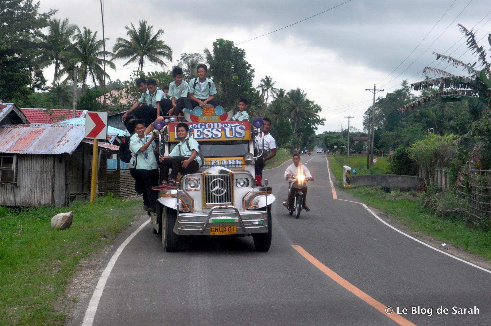 Un jeepney surchargé d'écoliers, sur l'île de Bohol