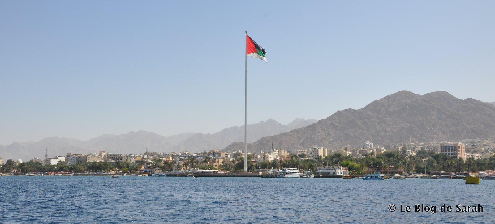 Le drapeau de la Révolte arabe dans le ciel d'Aqaba