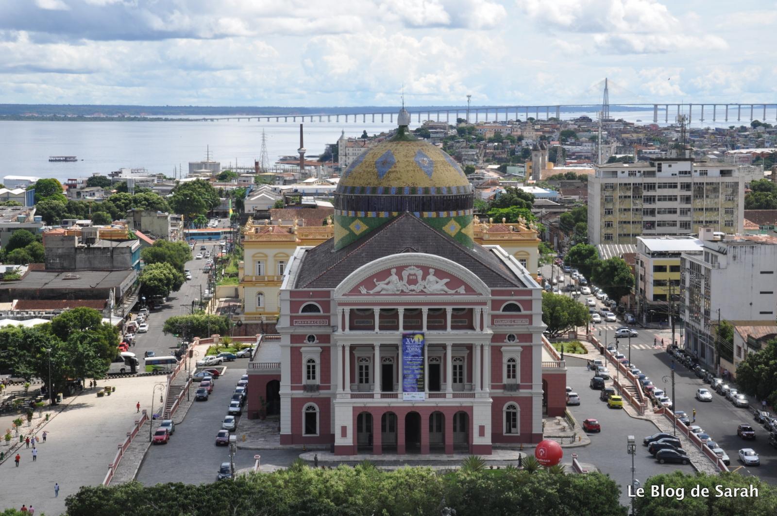 Vue sur Manaus avec l'Opéra et au loin le Pont du Rio Negro
