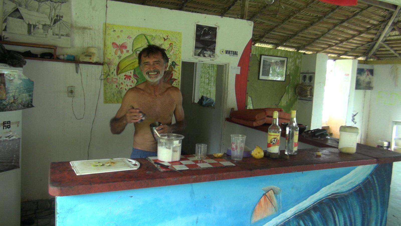 Gil Serique, notre hôte à Alter do Chao, prépare les caïpirinhas...