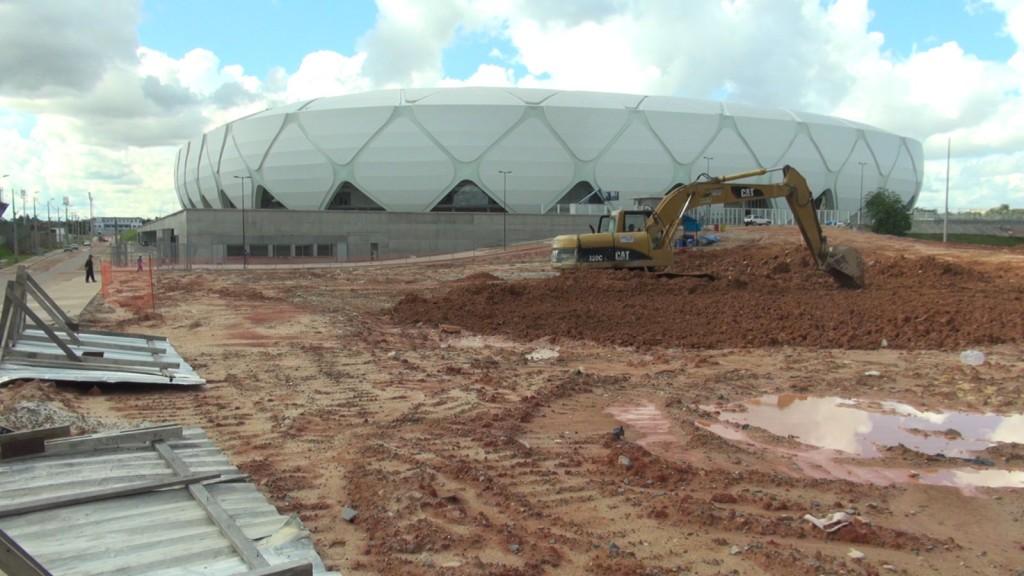 Des travaux devant le stade de Manaus, le 12 mai 2014, un mois avant le début du Mondial