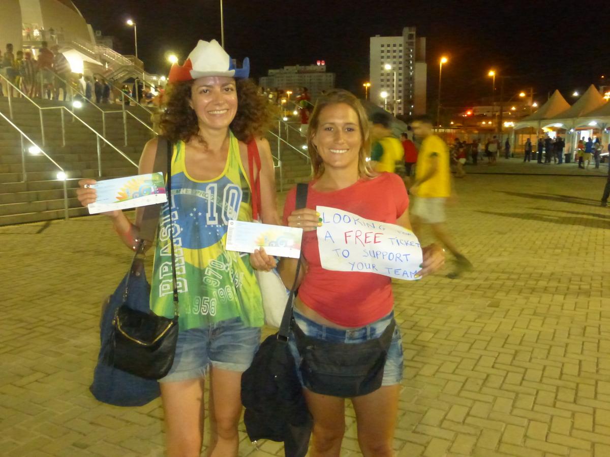 Avec nos pancartes et nos billets devant le stade de Natal
