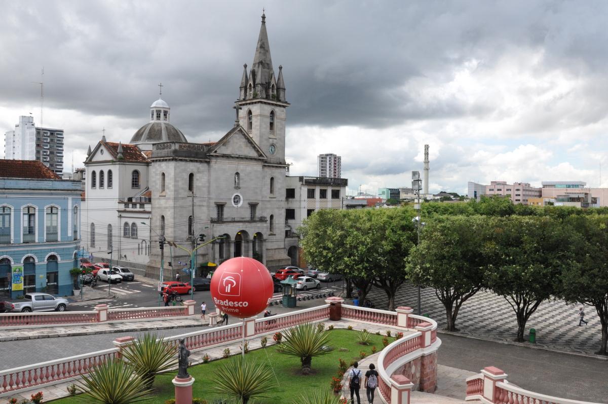 L'église Sao Sebastiao en face de l'Opéra de Manaus