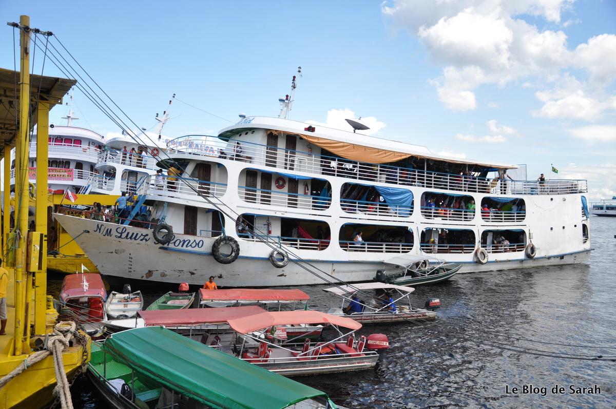 Un bateau au départ du port de Manaus pour descendre l'Amazone
