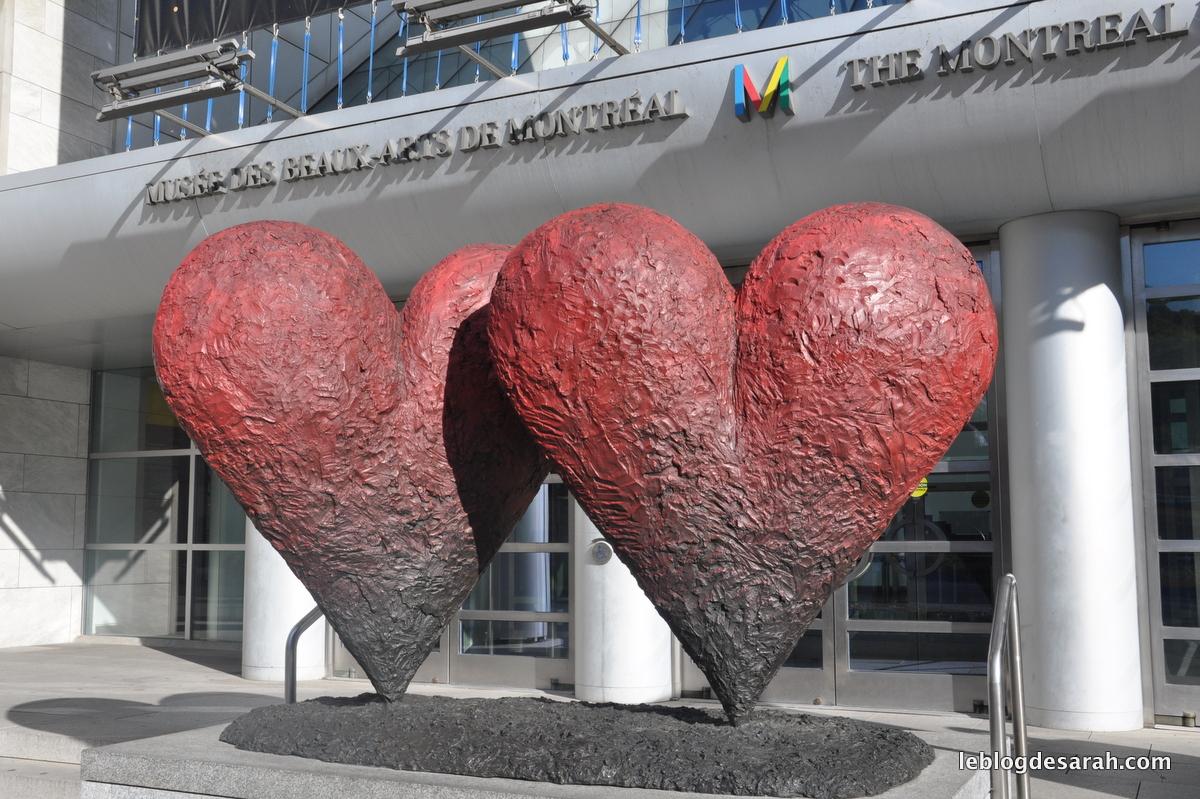 Les coeurs jumeaux de six pieds de Jim Dine devant le musée des Beaux-Arts de Montréal