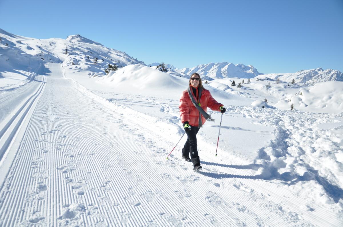 Emily fait de la marche nordique dans le massif de l'Oisans