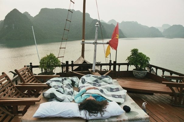Au réveil après une nuit à la belle étoile sur le pont d'un bateau dans la baie d'Along