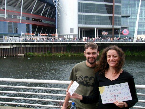 Avec Pauric devant le stade de Cardiff pour U2