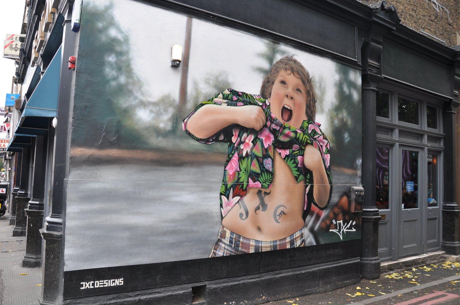 Choco des Goonies sur une fresque signée JXC sur Miller Street