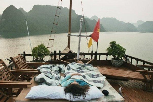 Dormir à la belle étoile sur un bateau dans la baie d'Along