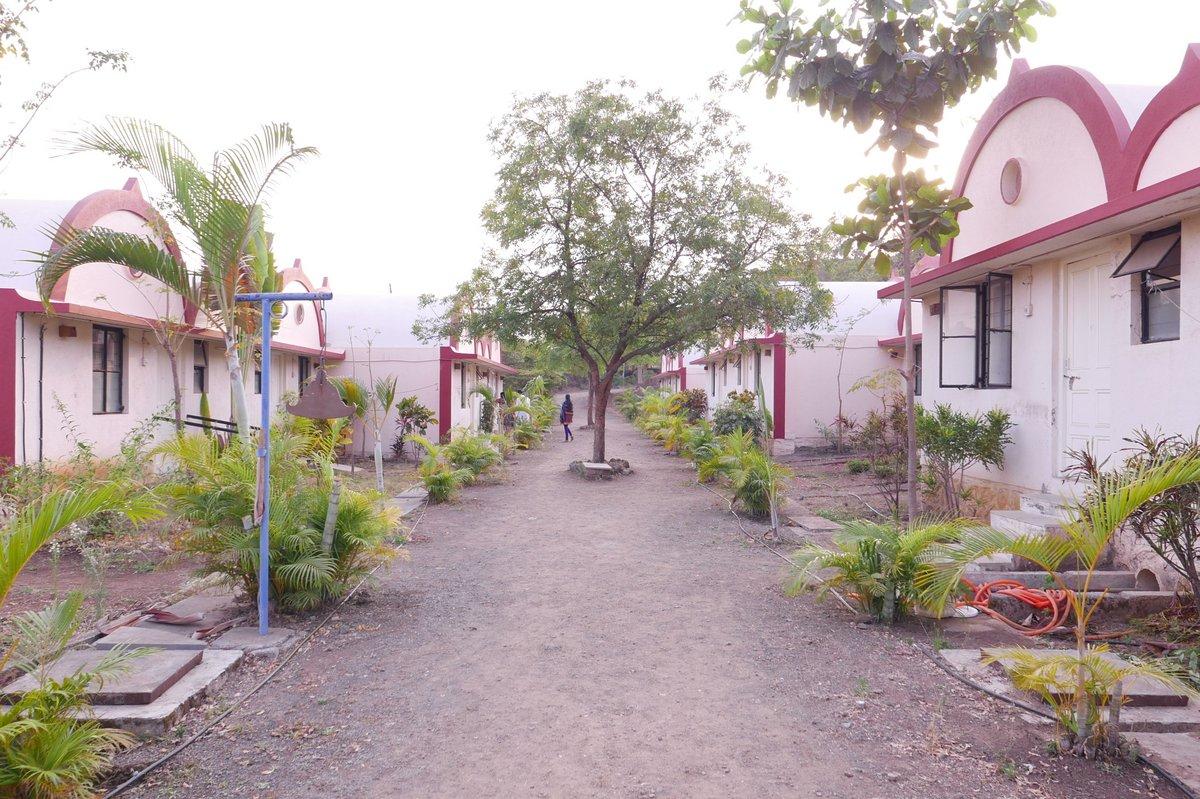 L'allée principale du centre de méditation de Nashik avec les chambres en bungalow