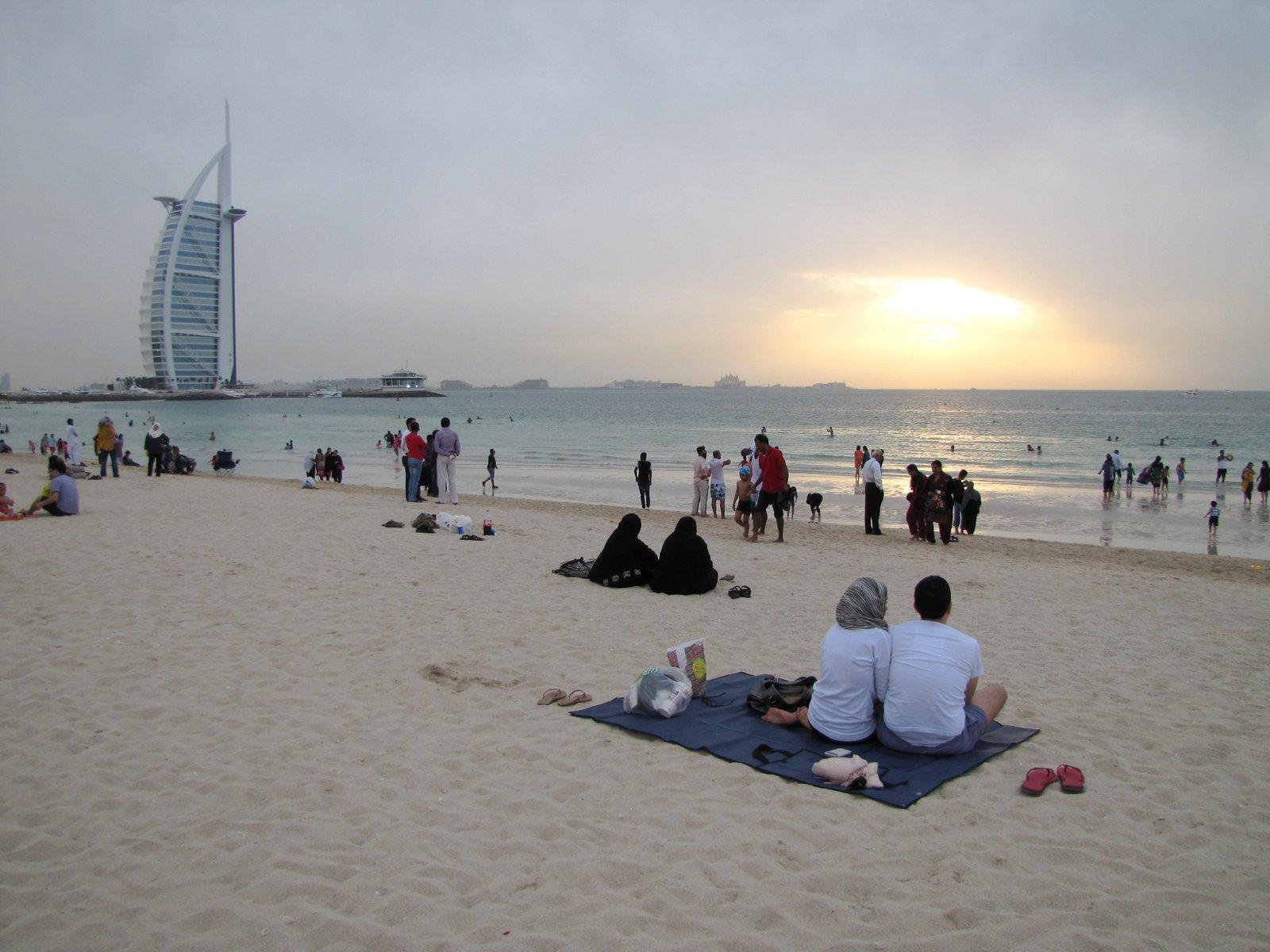 Coucher de soleil sur la plage avec vue sur le Burj-al-Arab