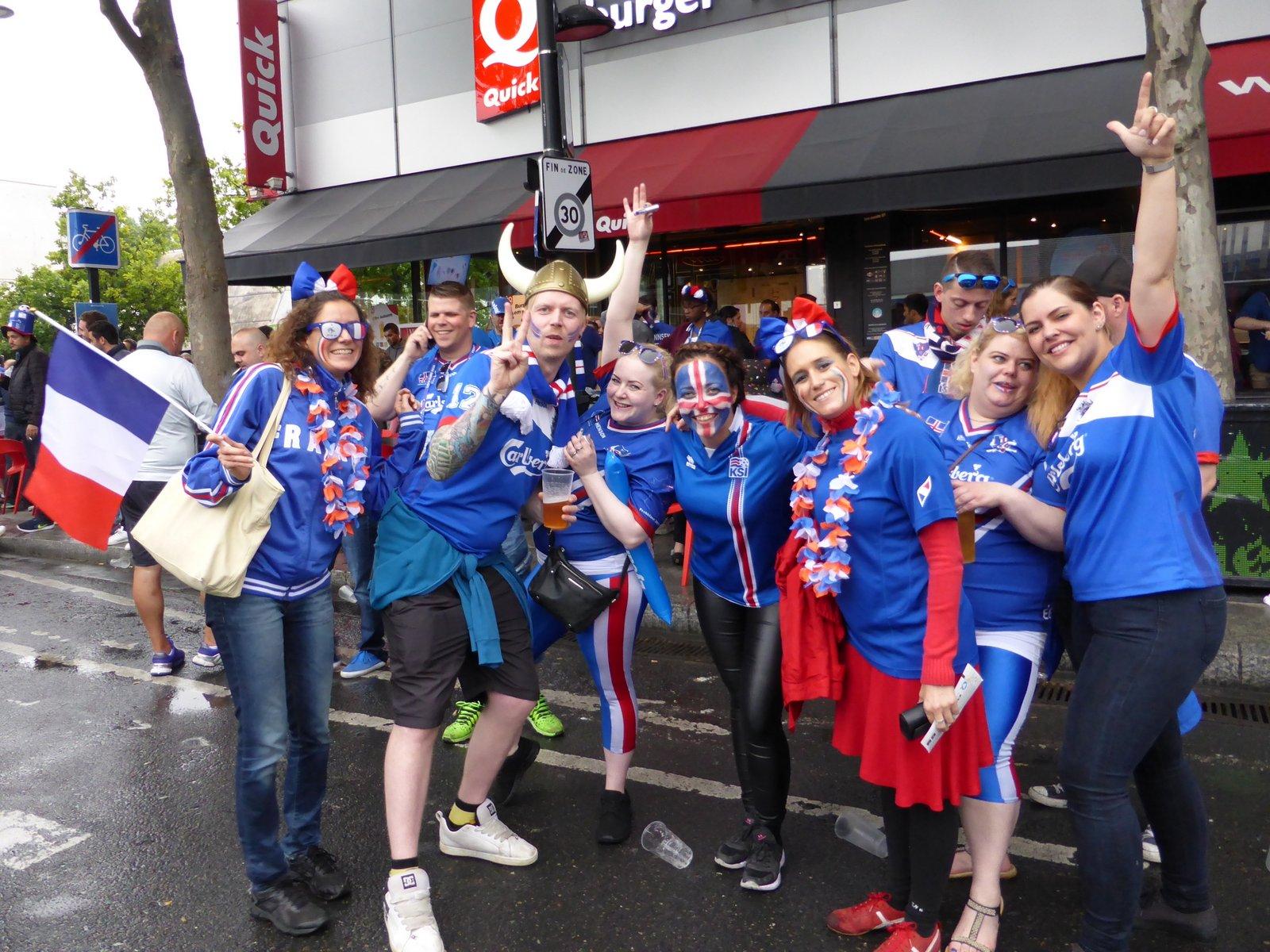 On sympathise avec les supporters islandais avant le match devant le Stade de France