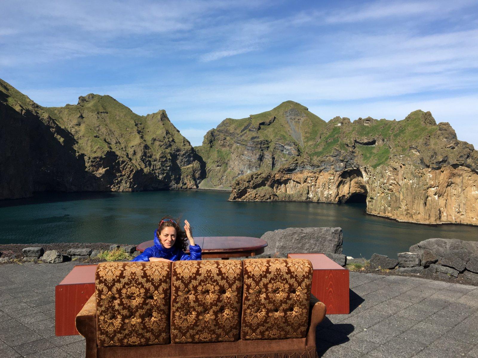 Un drôle de canapé avec vue, installé dans une crique sur les îles Vestmann