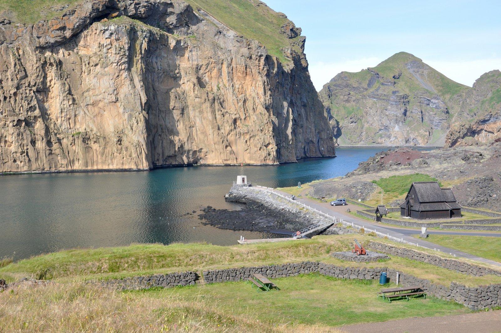 Le fort Skansinn et l'église reconstituée sur les îles Vestmann