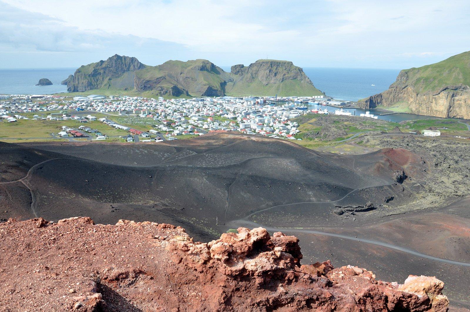 Vue sur Heimaey depuis le sommet du volcan Eldfell