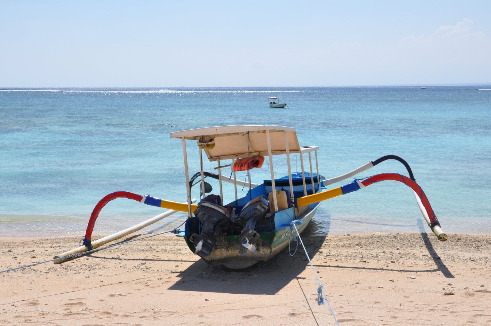 Un bateau traditionnel sur la plage à Nusa Lembongan