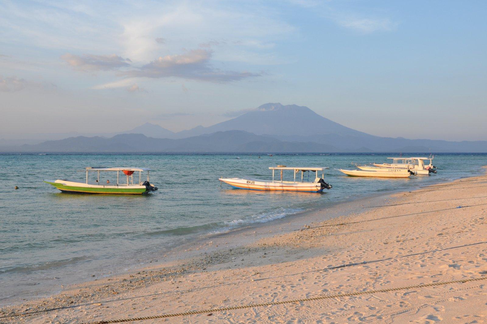 Vue sur le mont Batur à Bali depuis la plage de Nusa Lembongan