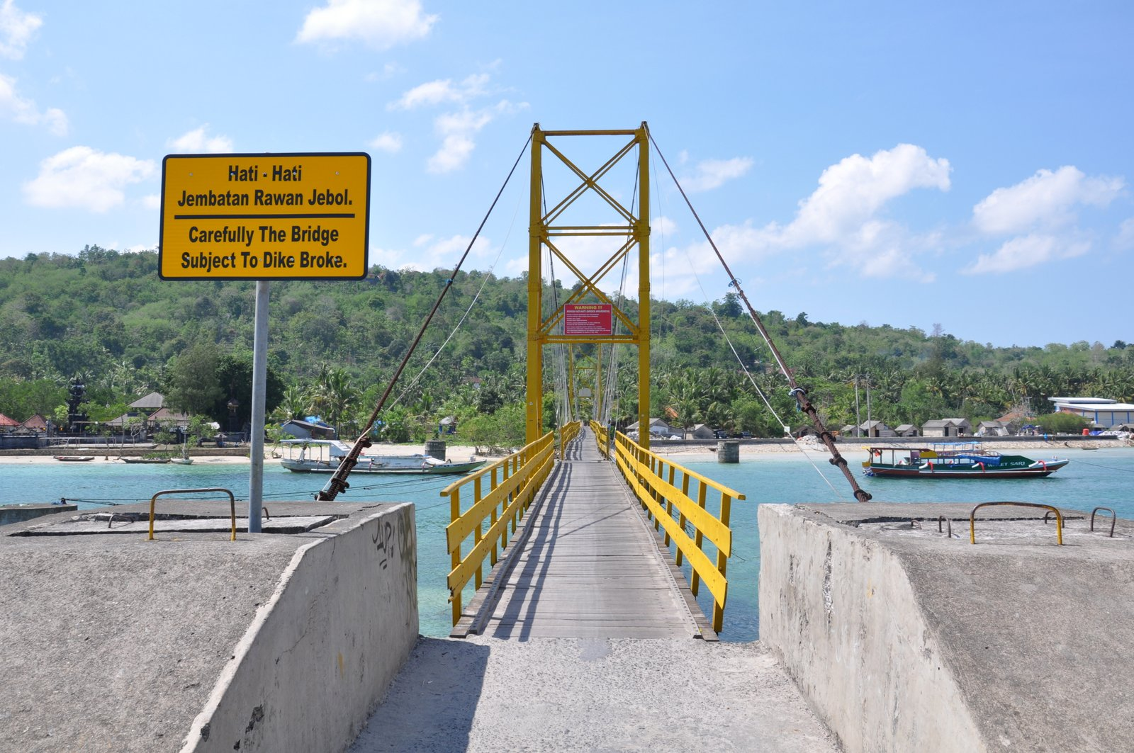 Le pont jaune qui reliait les deux îles et s'est écroulé