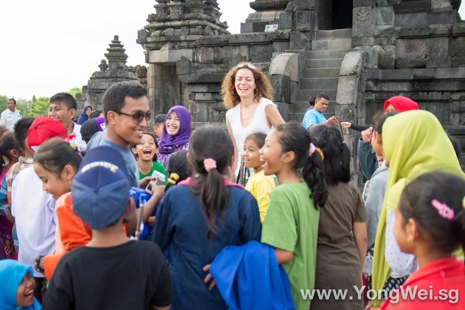 Séance photo avec un groupe scolaire au temple de Prambanan. credit photo: Yong Wei