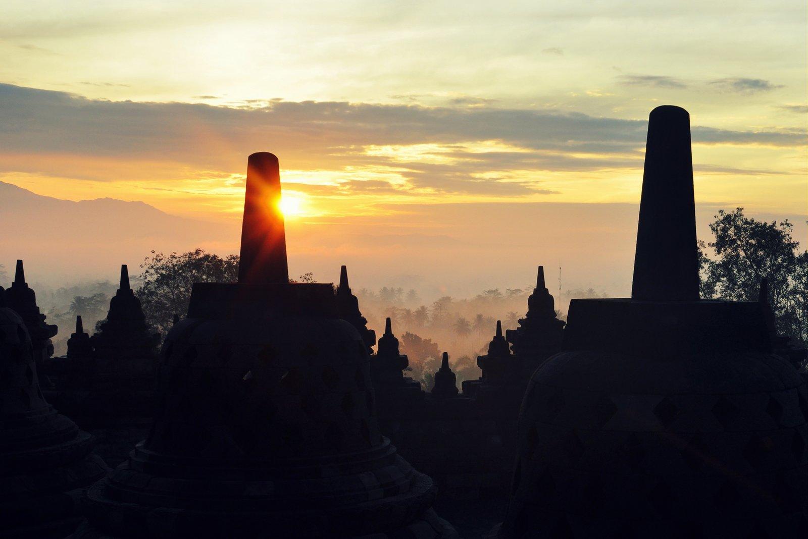 Lever du soleil sur le temple de Borobudur en Indonésie