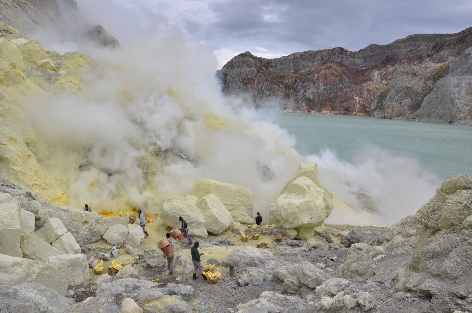 volcan-ijen-souffre