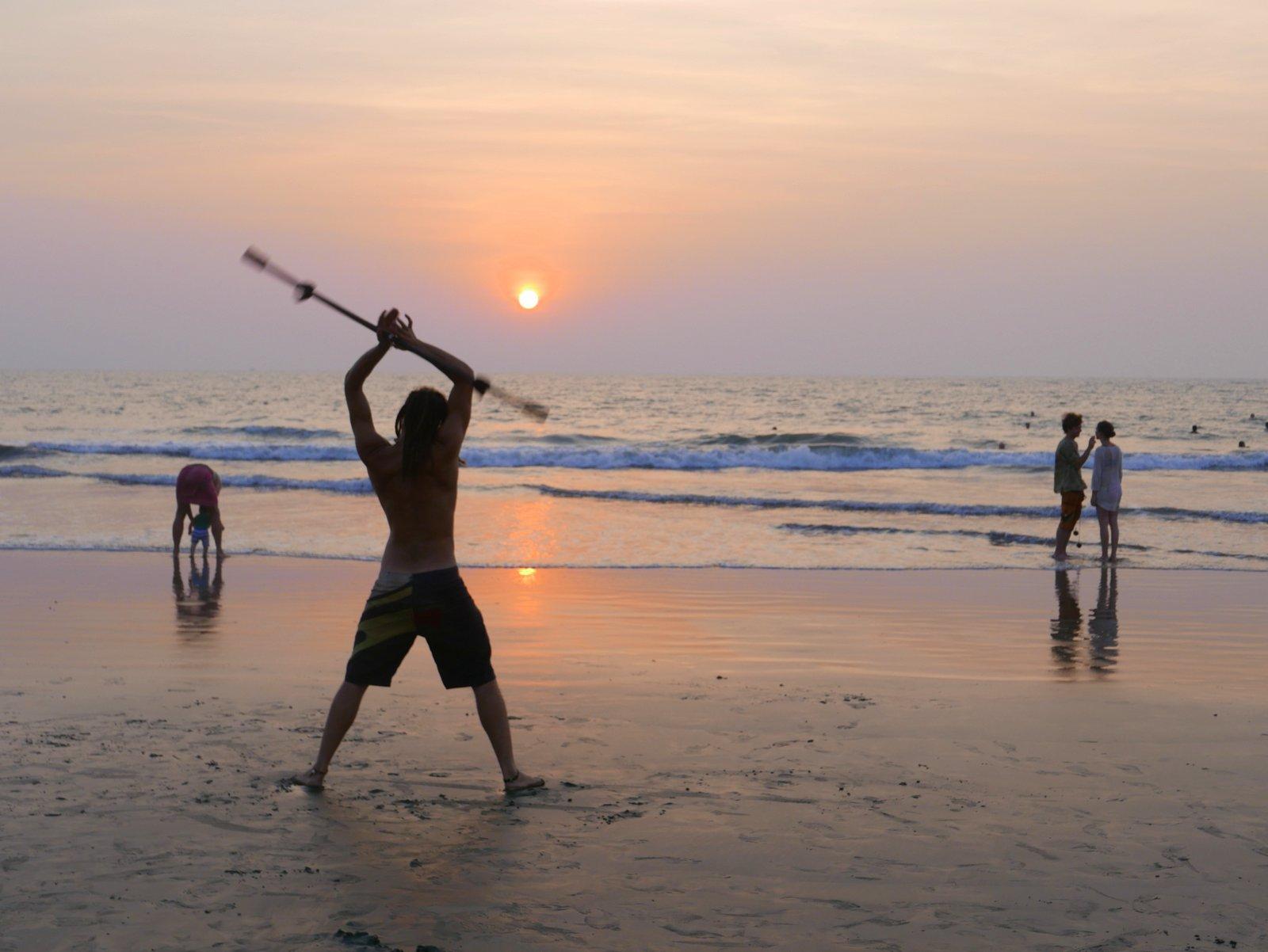 Les jongleurs s'exercent sur la plage d'Arambol à Goa