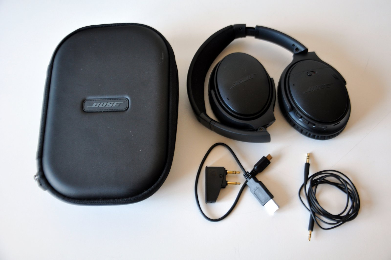 Le QuietComfort 35 de Bose avec son étui et ses accessoires