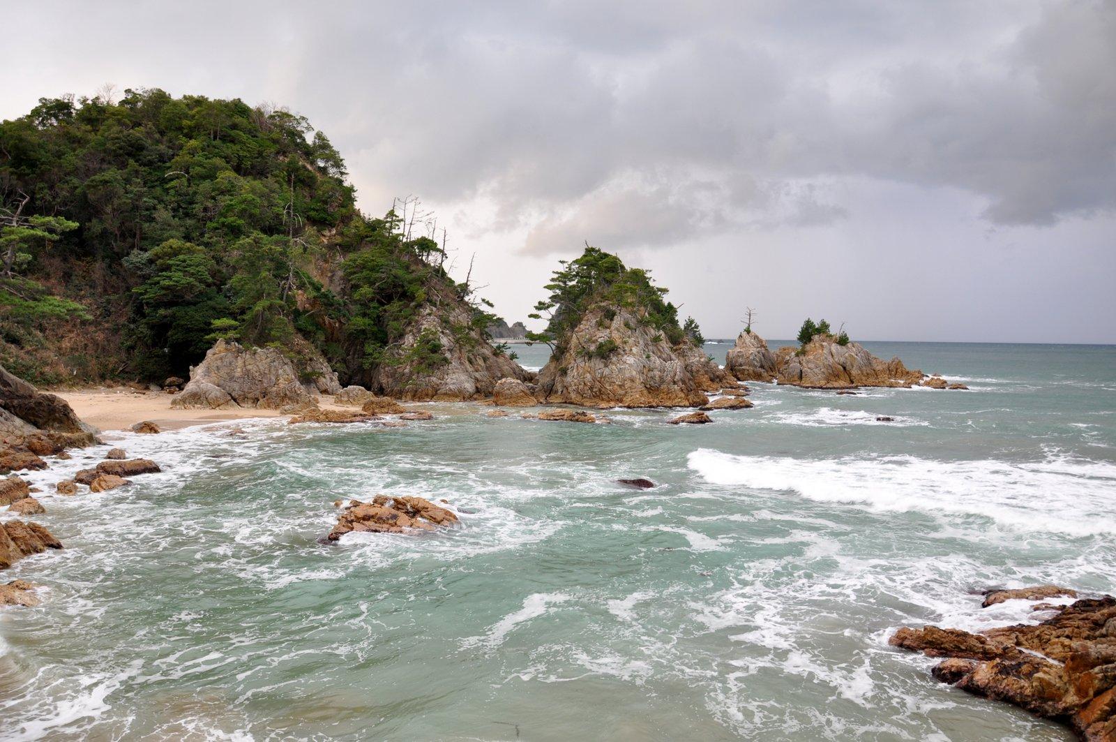 Plage et rochers sur la côte d'Uradome à Tottori