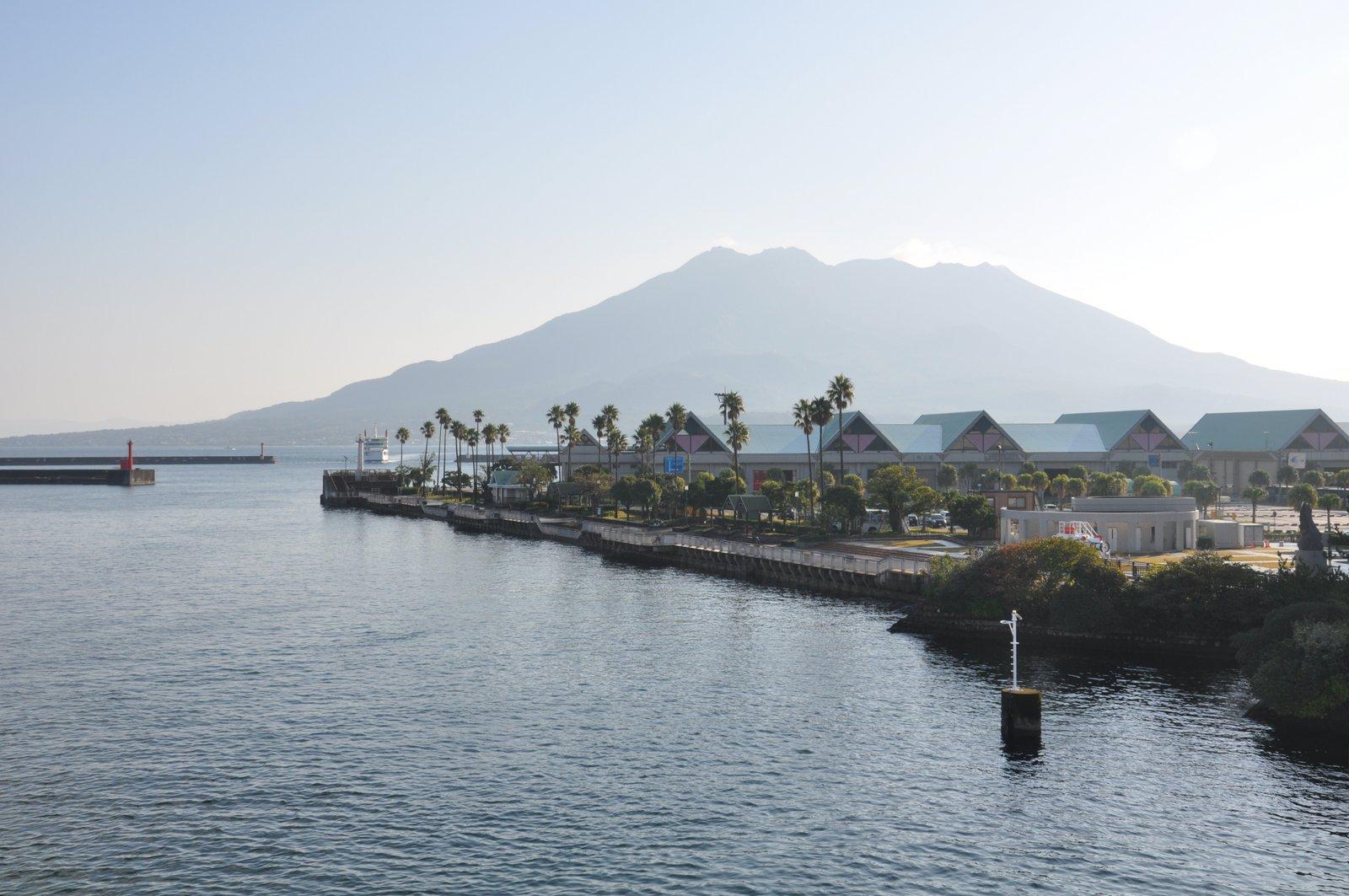 Le volcan Sakurajima vu depuis la ville de Kagoshima